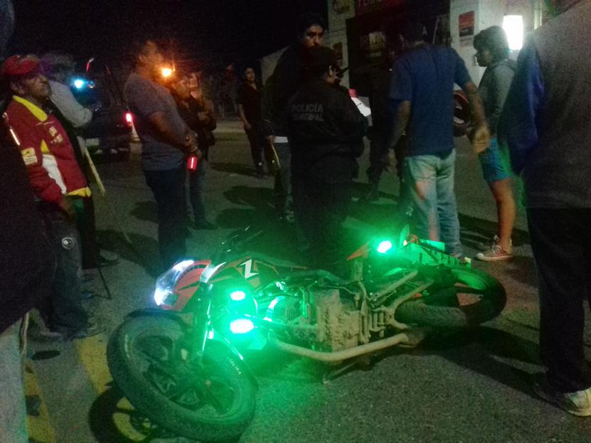 Motociclista se burla de vecinos y va a dar al piso | El Imparcial de Oaxaca