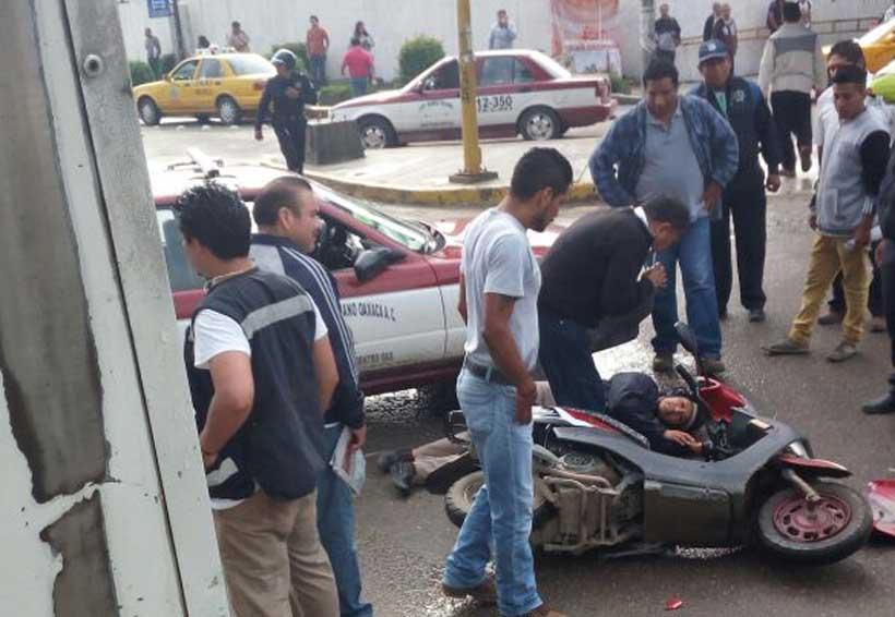 Taxi foráneo arrolla a mujer motociclista en Oaxaca | El Imparcial de Oaxaca