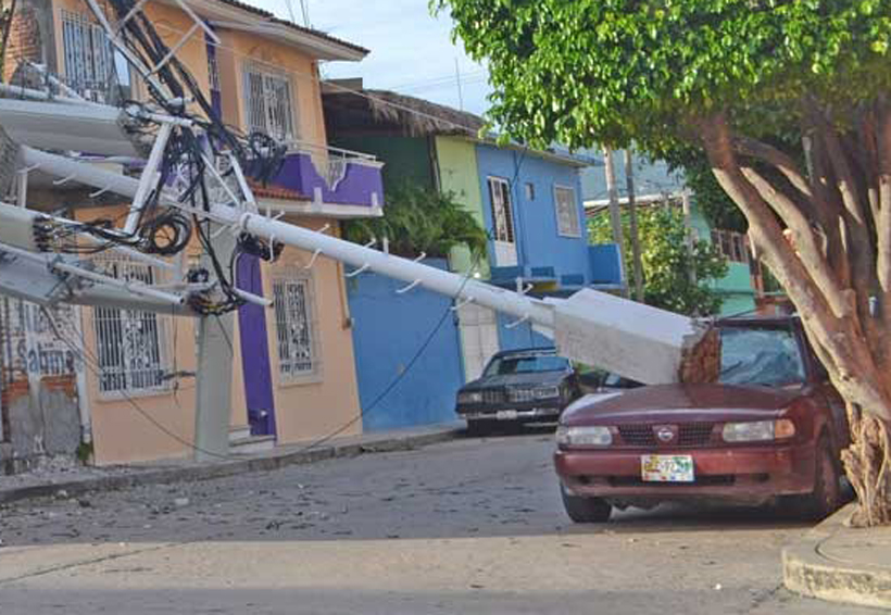 Cae antena sobre auto desde un tercer piso | El Imparcial de Oaxaca