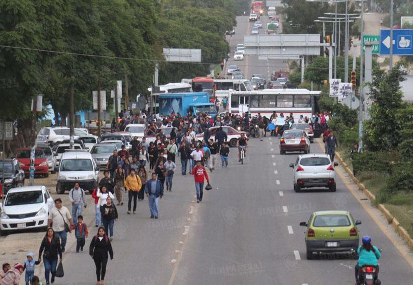 Padres de familia de escuela Unión y Progreso bloquean crucero de Brenamiel en Oaxaca   El Imparcial de Oaxaca