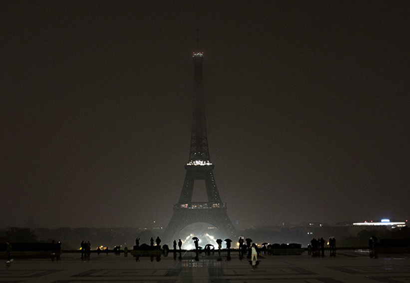 Torre Eiffel honra a víctimas de los atentados, apaga sus luces | El Imparcial de Oaxaca