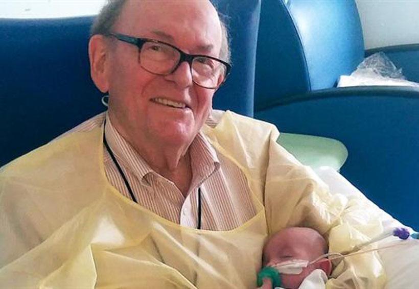 Un abuelo pasa la noche sosteniendo bebes prematuros para que no estén solos | El Imparcial de Oaxaca