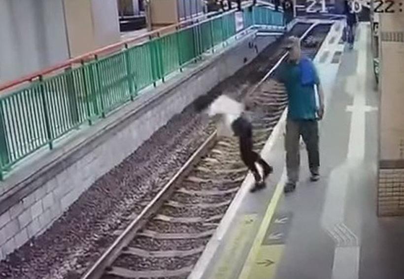 Video: Un hombre empuja a una limpiadora a las vías del tren y sigue su camino como si nada | El Imparcial de Oaxaca
