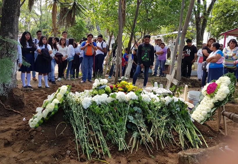 Entre flores blancas, despiden a Érika, la joven que murió de preclamsia | El Imparcial de Oaxaca