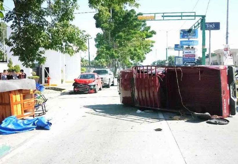 Camioneta se volcó tras brutal impacto | El Imparcial de Oaxaca