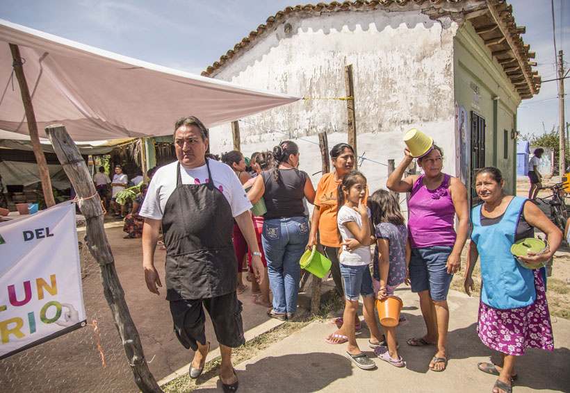 Muxes alimentan a pueblo oaxaqueño afectado por los sismos | El Imparcial de Oaxaca