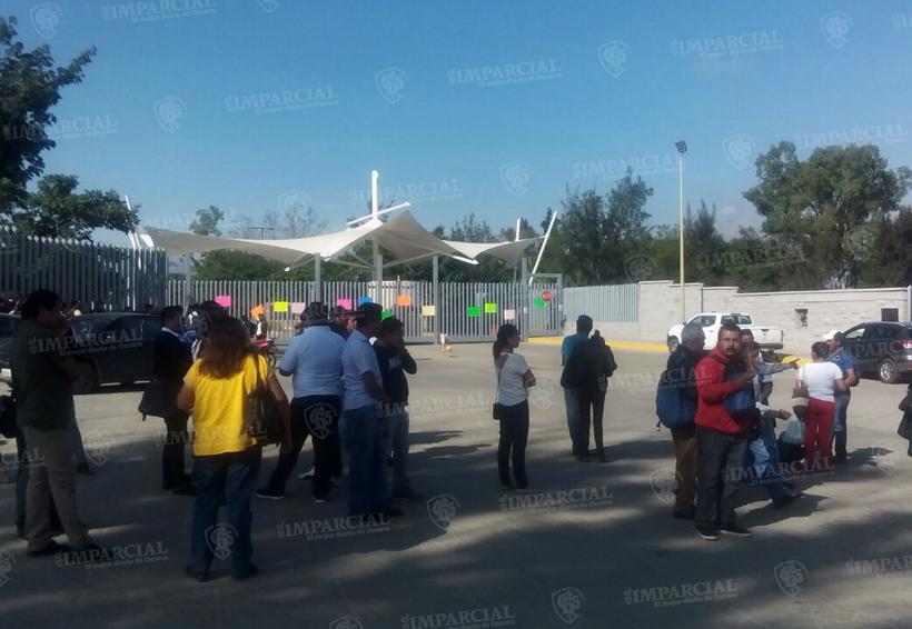 Padres de familia bloquean Ciudad Judicial   El Imparcial de Oaxaca