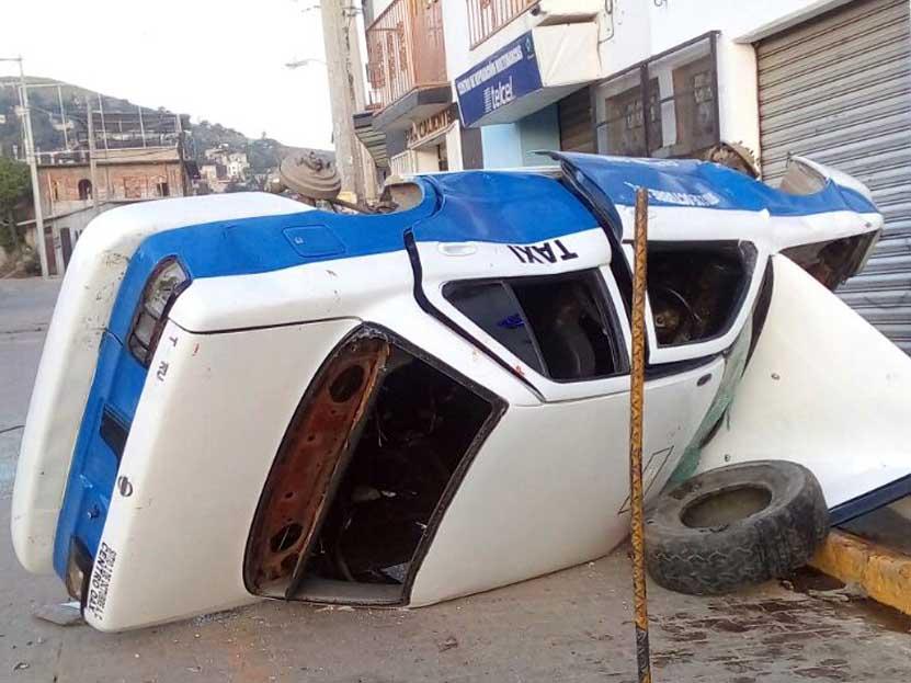 Vuelcan taxi tras una riña en San Martín Mexicápam, Oaxaca | El Imparcial de Oaxaca