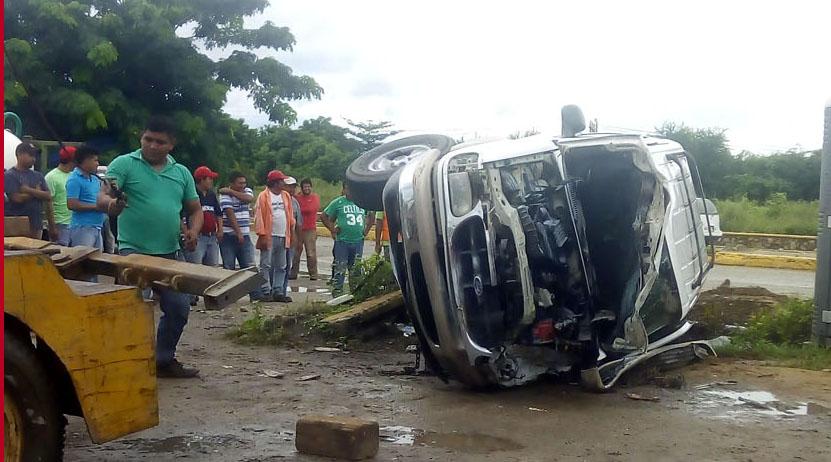 Vuelca camioneta en Salina Cruz, Oaxaca   El Imparcial de Oaxaca