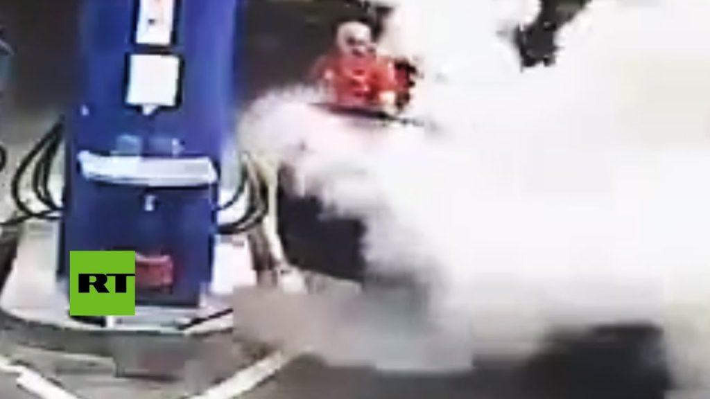 Video: Esto pasa cuando no apagas el cigarrillo en una gasolinera | El Imparcial de Oaxaca