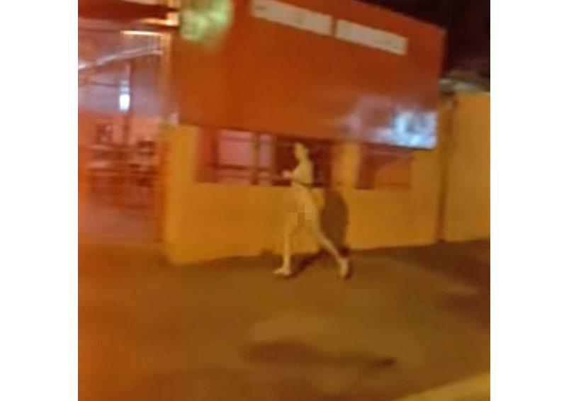 Video: Mujer corre desnuda por las calles para evitar que su novio le revise el celular | El Imparcial de Oaxaca