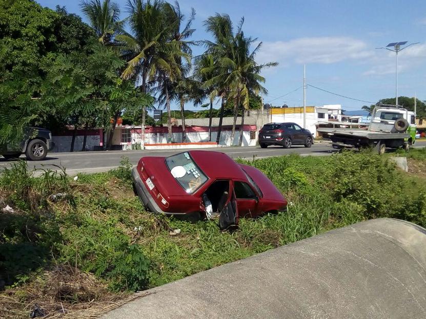Se sale auto compacto de la carretera Transístmica en Salina Cruz, Oaxaca   El Imparcial de Oaxaca