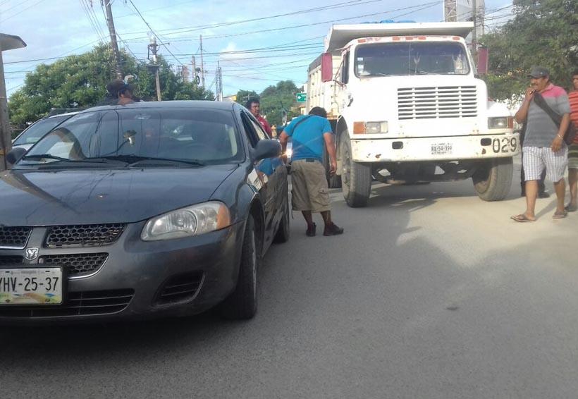 Impacta volteo auto compacto aparcado en Salina Cruz | El Imparcial de Oaxaca