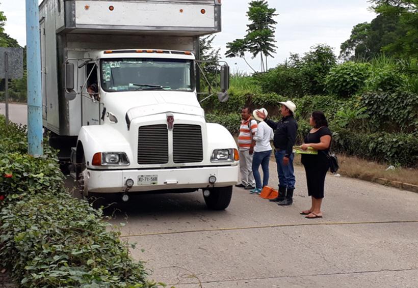 Agente municipal de Oaxaca 'botea' en las calles para construcción de un tope   El Imparcial de Oaxaca
