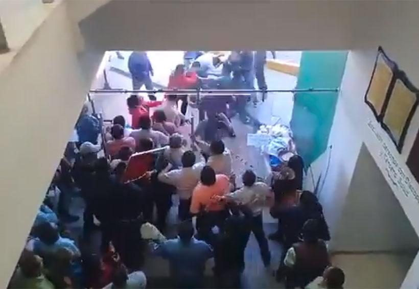 Video: A golpes, burócratas de Oaxaca se disputan la dirigencia | El Imparcial de Oaxaca
