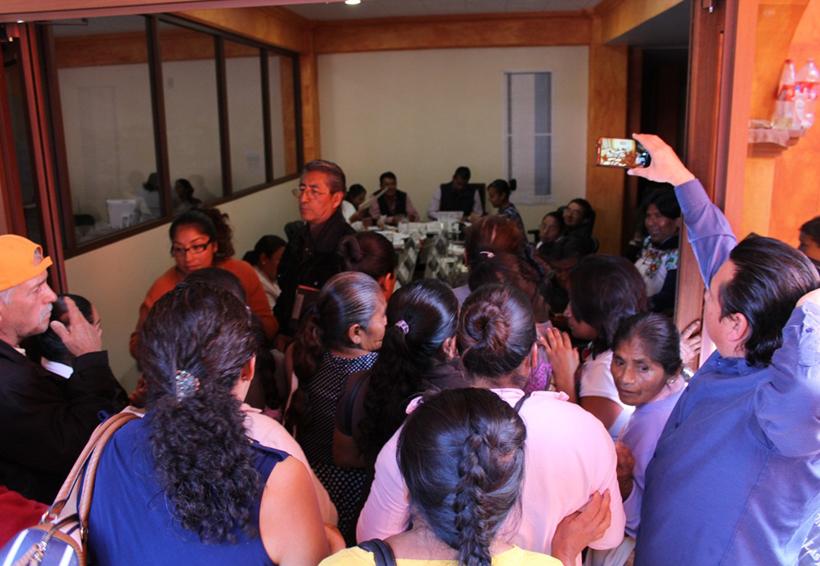 Retienen a funcionarios de Huajuapan de León para exigir agilización  de trámite de donación | El Imparcial de Oaxaca