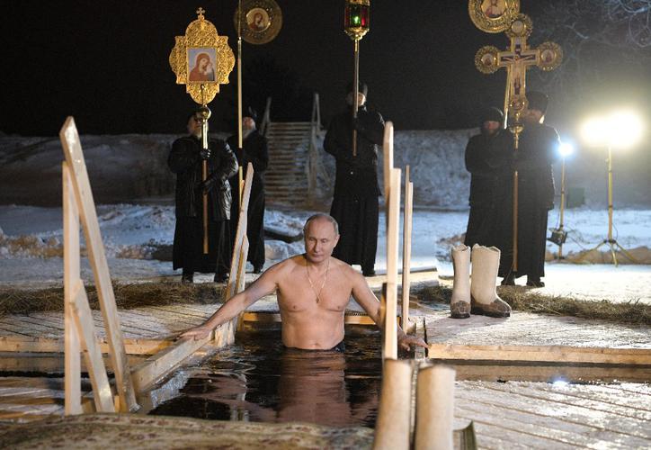 Putin celebra la Epifanía sumergiendose e en aguas heladas | El Imparcial de Oaxaca