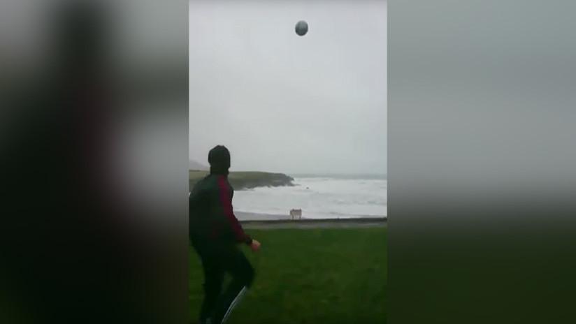 """Video: Futbolista desafía a la naturaleza """"jugando"""" contra huracán Eleanor   El Imparcial de Oaxaca"""