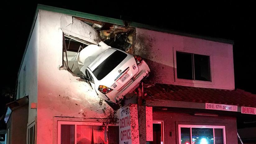 Video: Un auto sale volando de una carretera y se incrusta contra un edificio | El Imparcial de Oaxaca