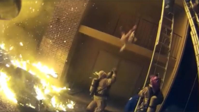 Un heroico bombero atrapa a un bebé arrojado desde un edificio en llamas | El Imparcial de Oaxaca