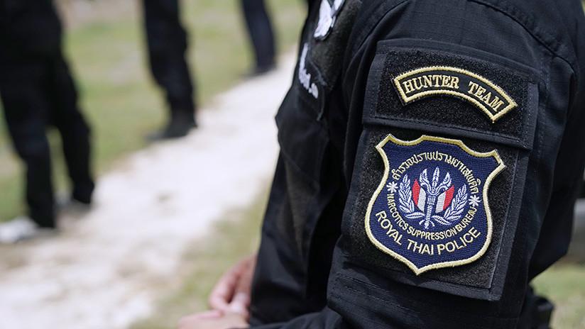 Un policía halla 200 pastillas de droga en el ano de un tailandés y posa junto al 'lugar del crimen'   El Imparcial de Oaxaca