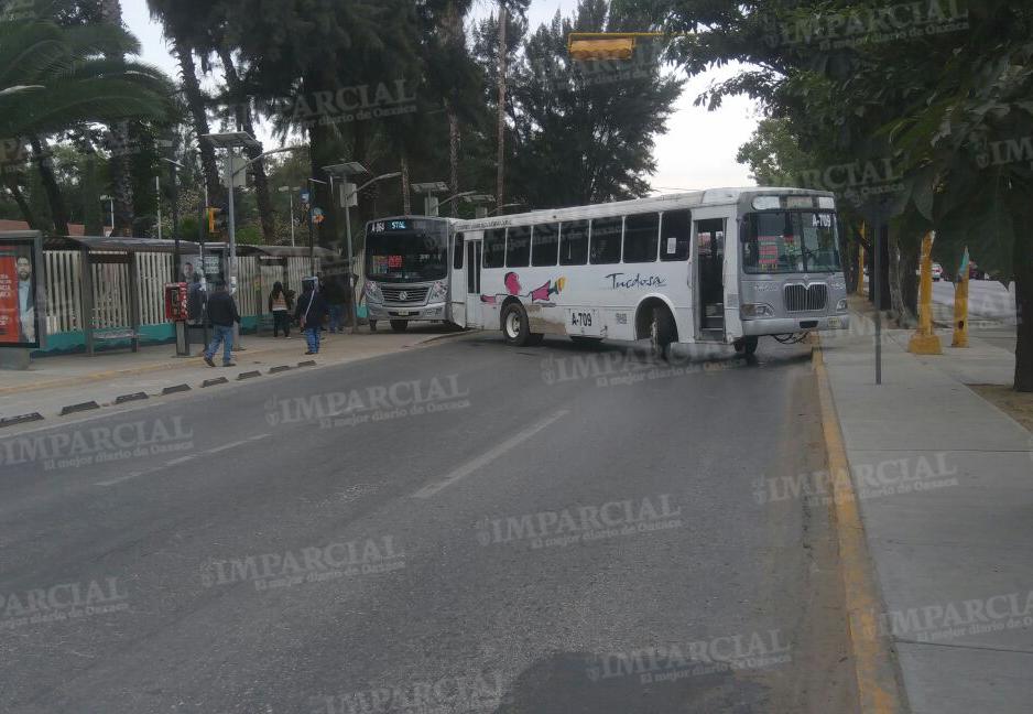 Integrantes del STEUABJObloquean la avenida Universidad como acto de presión | El Imparcial de Oaxaca