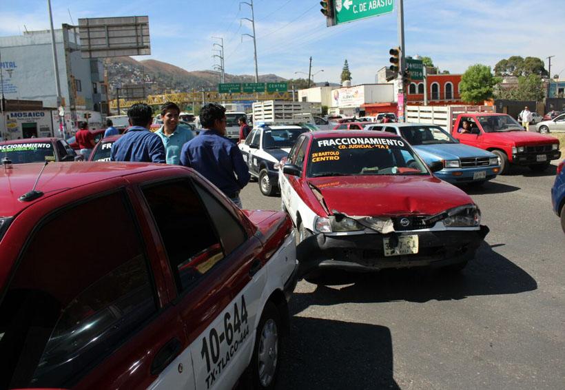 Chocan taxis foráneos en el Periférico | El Imparcial de Oaxaca
