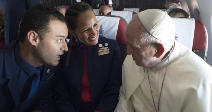 En pleno vuelo hacia Chile, el Papa Francisco casa a dos tripulantes de cabina   El Imparcial de Oaxaca