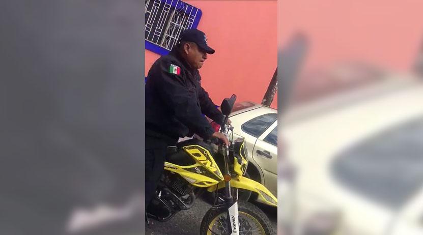 Policía Municipal es exhibido por conducir motocicleta sin casco y sin placas en Oaxaca | El Imparcial de Oaxaca