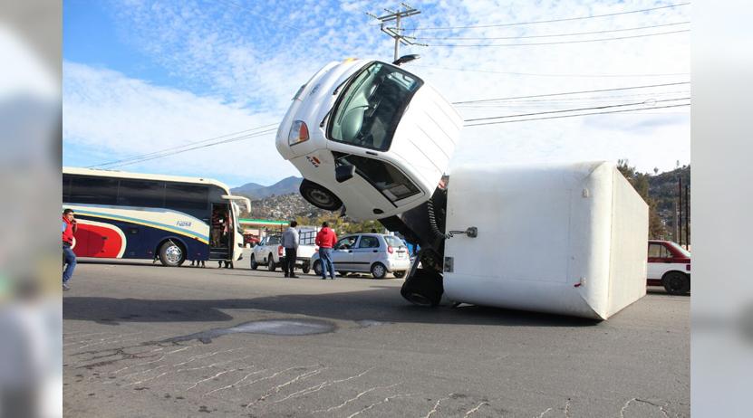 Camioneta de carga choca contra camión urbano y termina volcada en Oaxaca | El Imparcial de Oaxaca