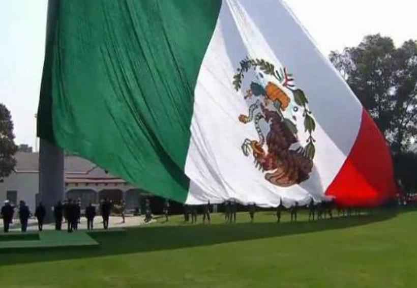 Video: En ceremonia encabezada por EPN, izan la bandera con el escudo al revés   El Imparcial de Oaxaca