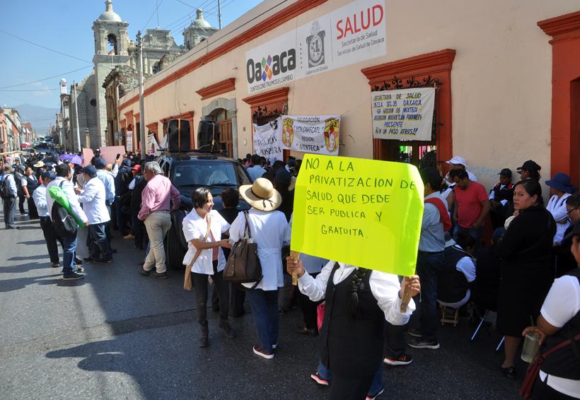 Trabajadores de la Mixteca instalan plantón en los Servicios de Salud de Oaxaca | El Imparcial de Oaxaca