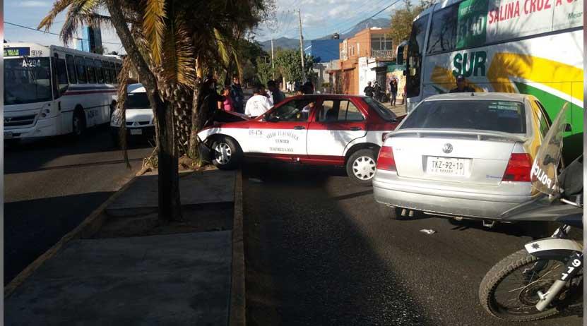 Aparatoso choque en bulevar Eduardo Vasconcelos de Oaxaca deja una lesionada   El Imparcial de Oaxaca