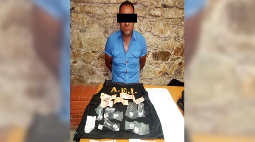 Joven es arrestado con identificaciones e insignias oficiales en Oaxaca   El Imparcial de Oaxaca