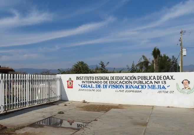 Protestan por cese de docente en internado de Oaxaca | El Imparcial de Oaxaca