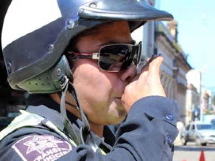 Policía causa euforia en las redes sociales por ayudar a una mujer en Oaxaca   El Imparcial de Oaxaca