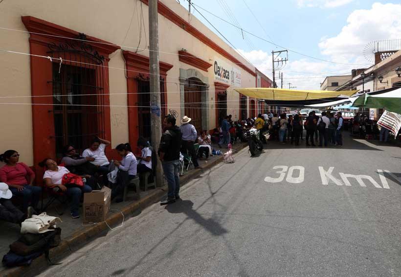 Sindicalizados de la Mixteca reinstalan plantón en los Servicios de Salud de Oaxaca   El Imparcial de Oaxaca