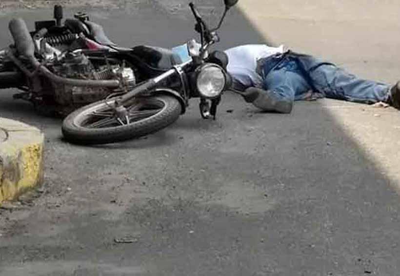 Un muerto y un herido; volteo embiste motocicleta   El Imparcial de Oaxaca