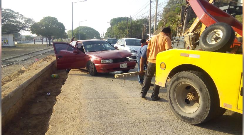Solo daños materiales por un choque  entre automóvil y una retroexcavadora | El Imparcial de Oaxaca