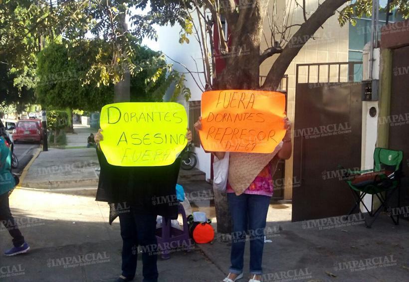 Rocían químico a maestros por tomar oficinas del IEEPO en Oaxaca | El Imparcial de Oaxaca