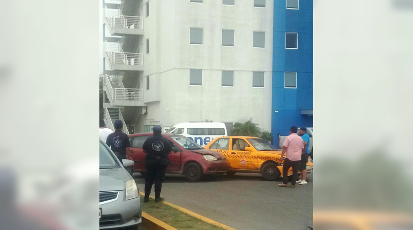 Imprudencia al volante; chocan taxi y automóvil en Salina Cruz, dos lesionados | El Imparcial de Oaxaca