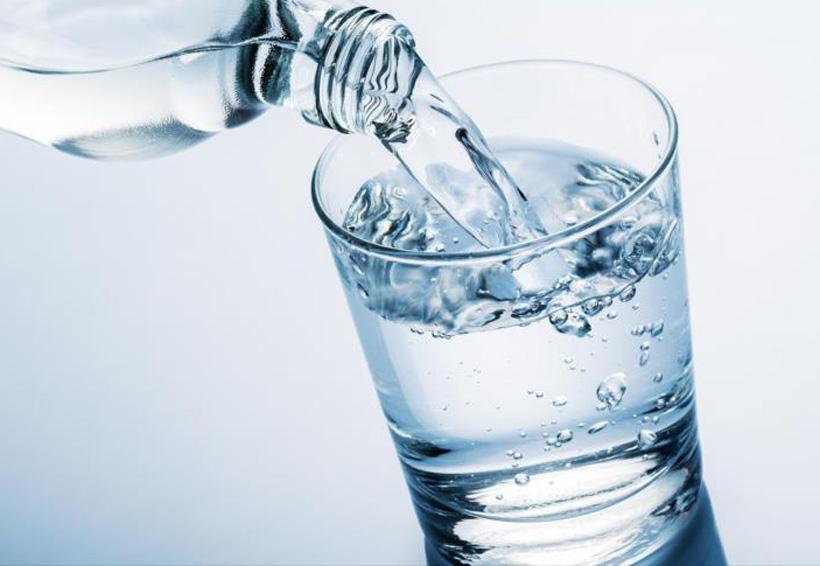 cuantos litros de agua se toma para adelgazar