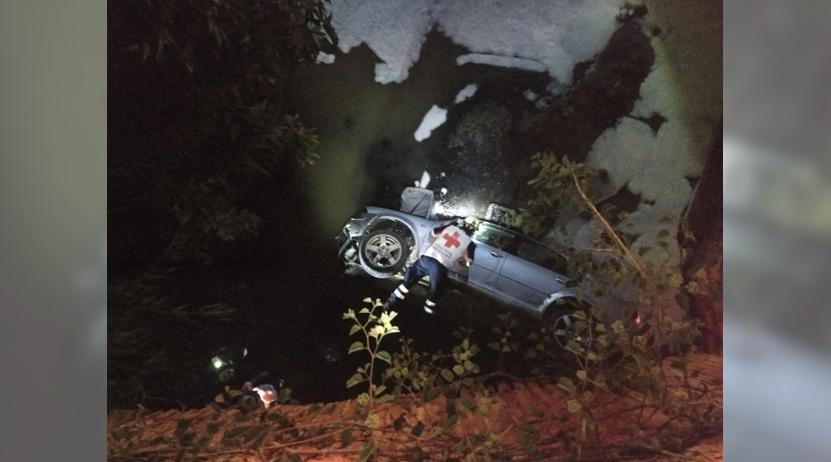 Cae auto a las aguas negras en San Antonio de la Cal | El Imparcial de Oaxaca