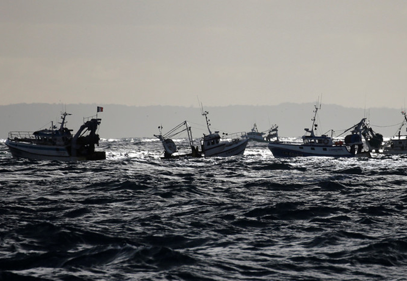Video: Barco británico embiste a uno francés en una feroz batalla por mariscos | El Imparcial de Oaxaca