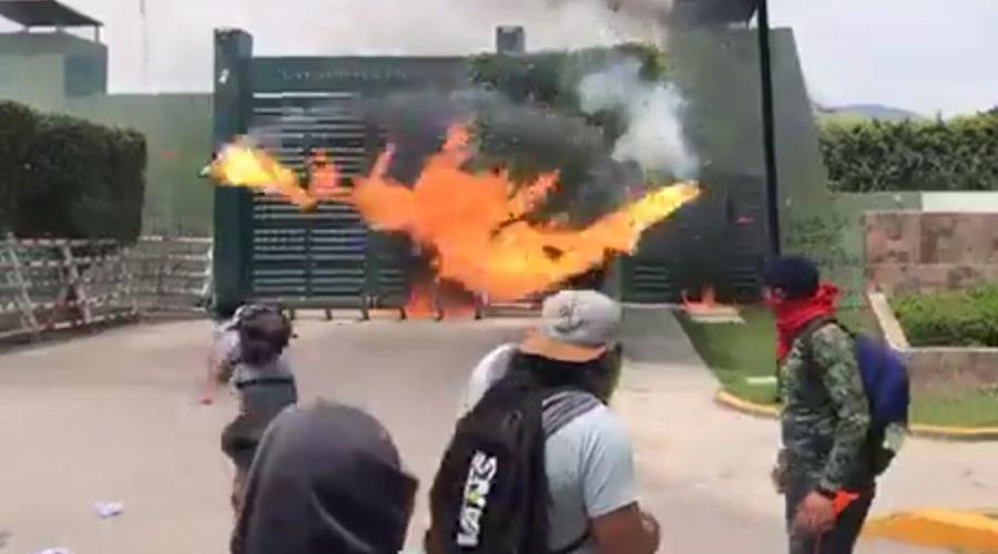 Encapuchados atacan cuartel militar en Iguala en protesta por desaparecidos de Ayotzinapa | El Imparcial de Oaxaca