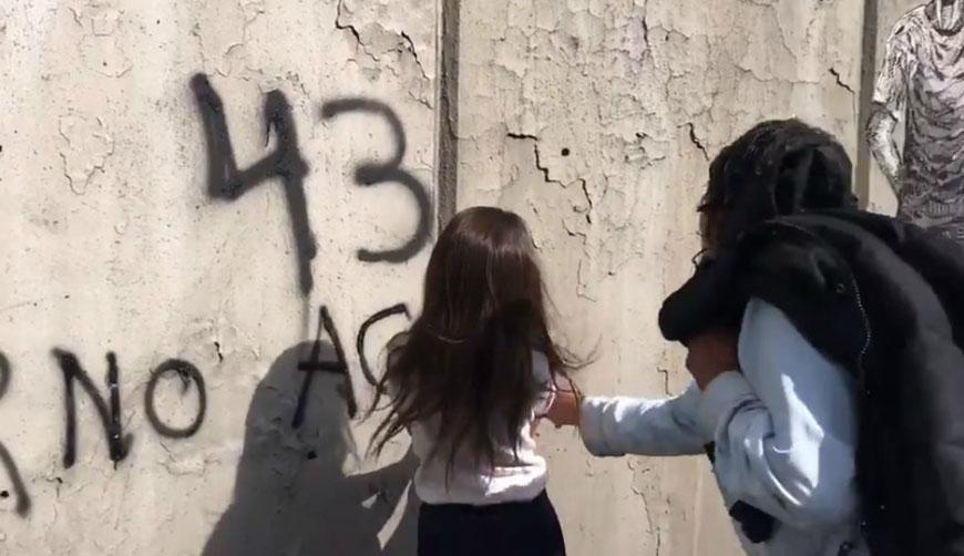 Video: Critican a hombre que enseña a su hija a vandalizar paredes durante marcha del 2 de octubre | El Imparcial de Oaxaca