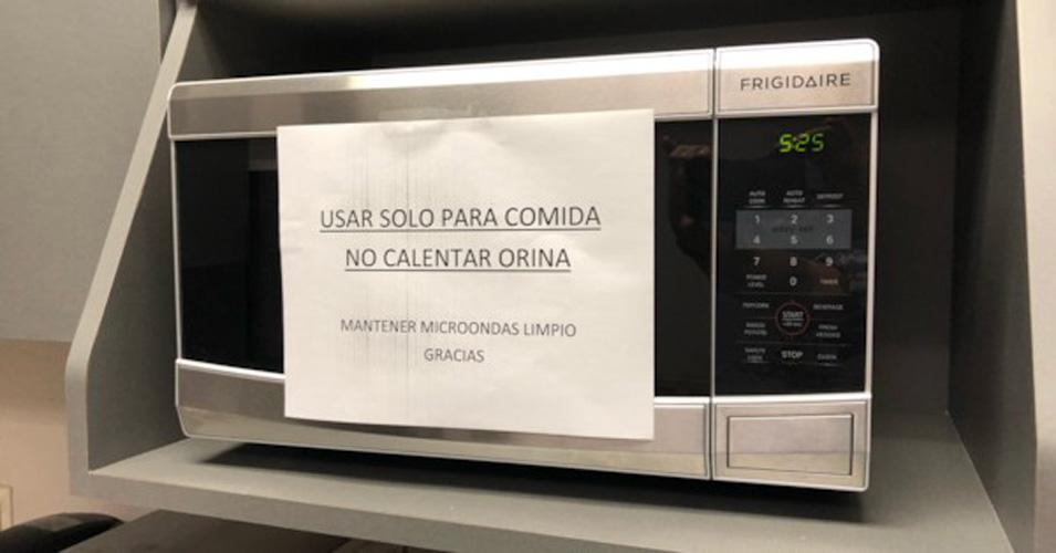 Video: Gasolinero prohíbe que la gente caliente su orina en su establecimiento | El Imparcial de Oaxaca