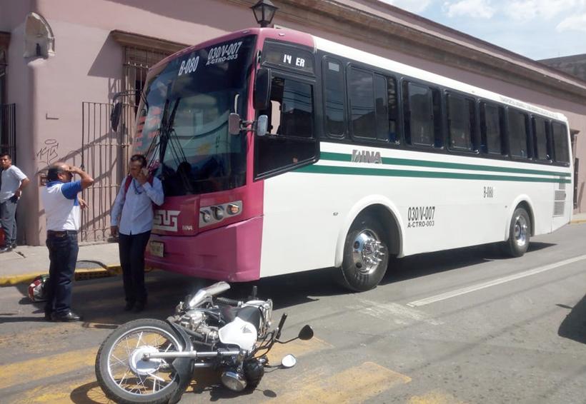 Urbanero de TUSUG atropella a motociclista en centro de Oaxaca   El Imparcial de Oaxaca