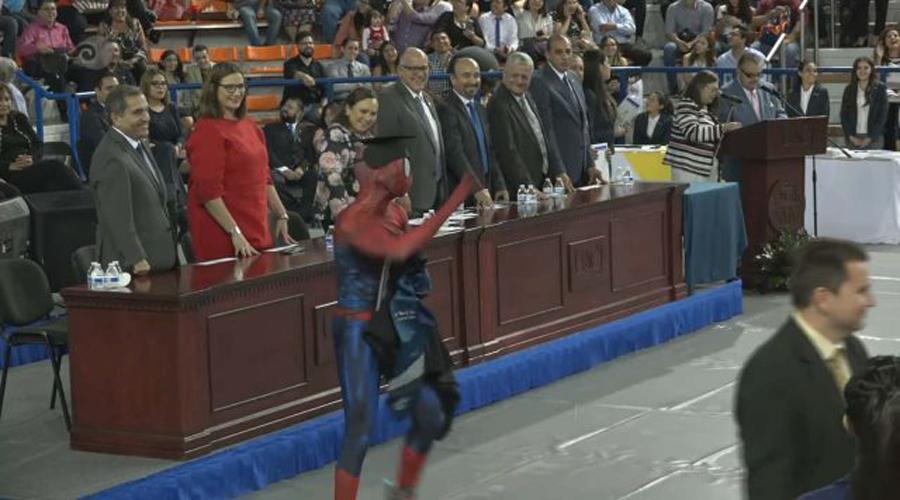 Vídeo: Joven se gradúa de la Universidad disfrazado de Spiderman | El Imparcial de Oaxaca