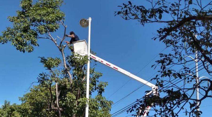 Rehabilitan luminarias dañadas por los vientos   El Imparcial de Oaxaca